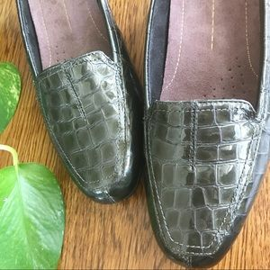 Clarks     Everyday Leather Reptile Loafer     9.5